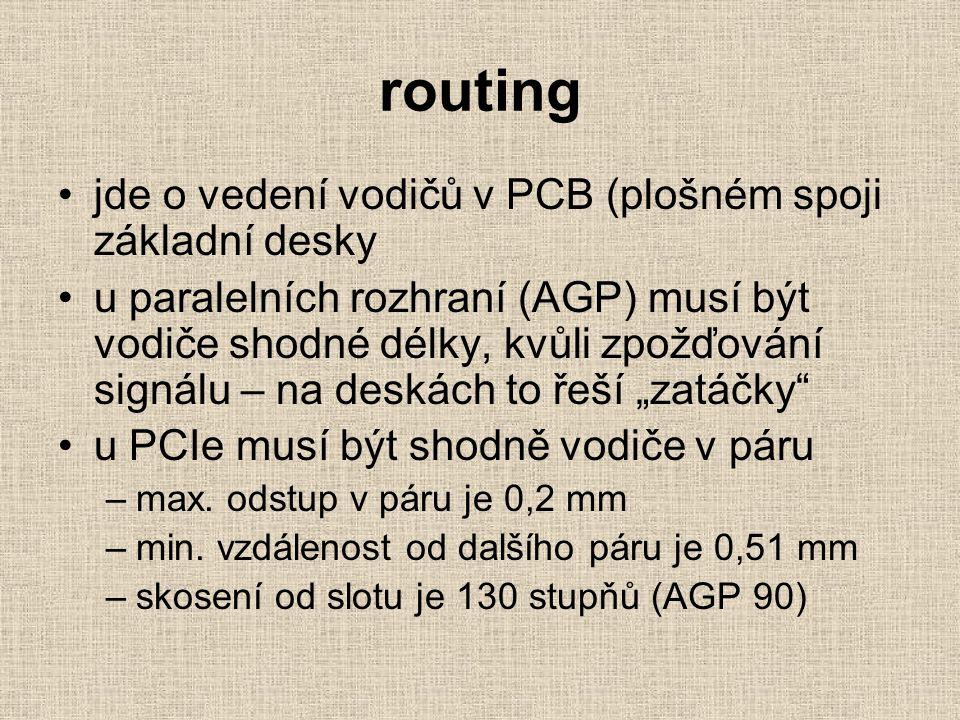 """routing jde o vedení vodičů v PCB (plošném spoji základní desky u paralelních rozhraní (AGP) musí být vodiče shodné délky, kvůli zpožďování signálu – na deskách to řeší """"zatáčky u PCIe musí být shodně vodiče v páru –max."""