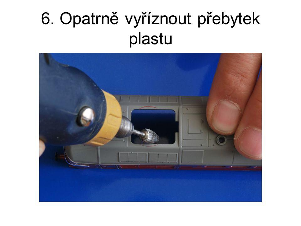 6. Opatrně vyříznout přebytek plastu