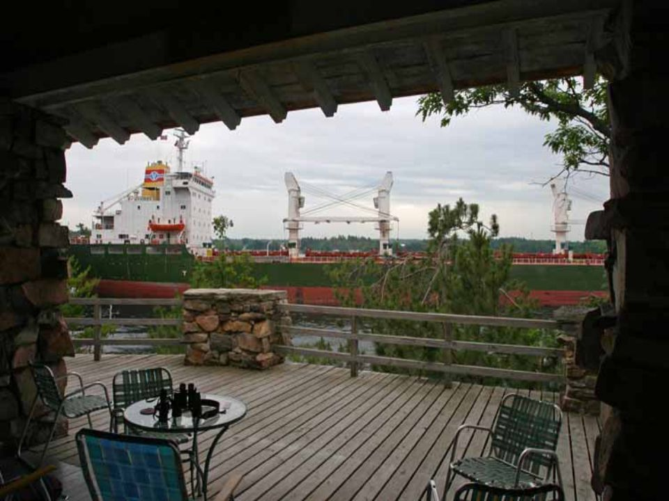 Je významnou dopravní tepnou; součástí vodního dopravního systému Saint Lawrence Seaway, který propojuje pobřeží Atlantského oceánu s Velkými jezery (přeprava obilí, železné rudy, uhlí)