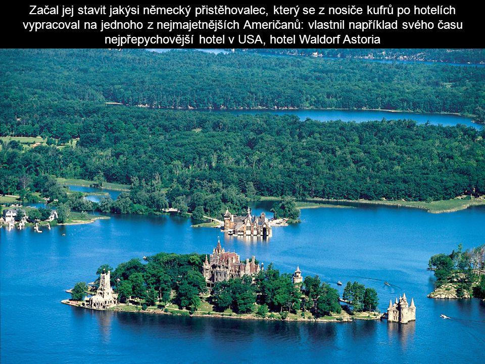 Samostatnou zastávku věnuje většina výletních lodí většímu ostrovu, na kterém stojí zámek nazývaný Hart = Srdce