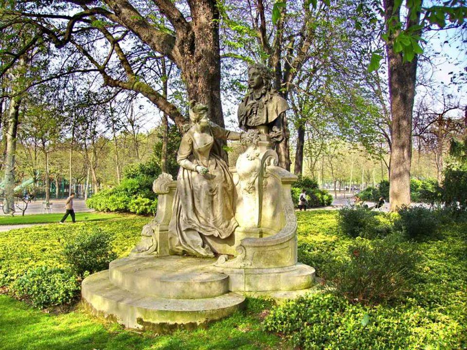 Nachází se zde více než sto soch a fontán, které jsou rozptýlené po celém parku