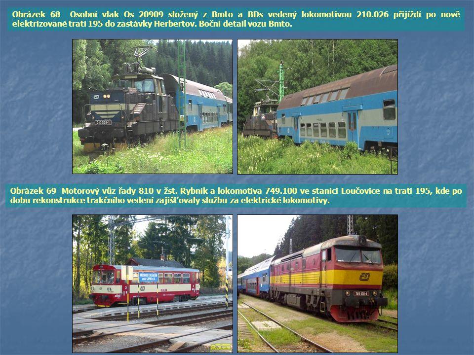 Obrázek 68 Osobní vlak Os 20909 složený z Bmto a BDs vedený lokomotivou 210.026 přijíždí po nově elektrizované trati 195 do zastávky Herbertov. Boční