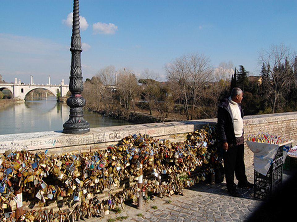 Krátce poté se začaly zámky lásky objevovat na římském Ponte Milvio a na slavném Starém mostě ve Florencii.