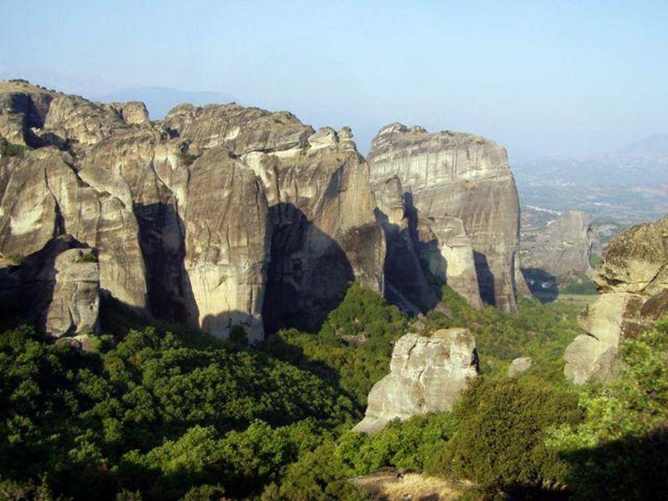 METEORA Eroze pískovcových skal vytvořila během miliónů let ve středním Řecku v Thesálské rovině mohutný komplex skalních věží zvaných Meteora. Meteor