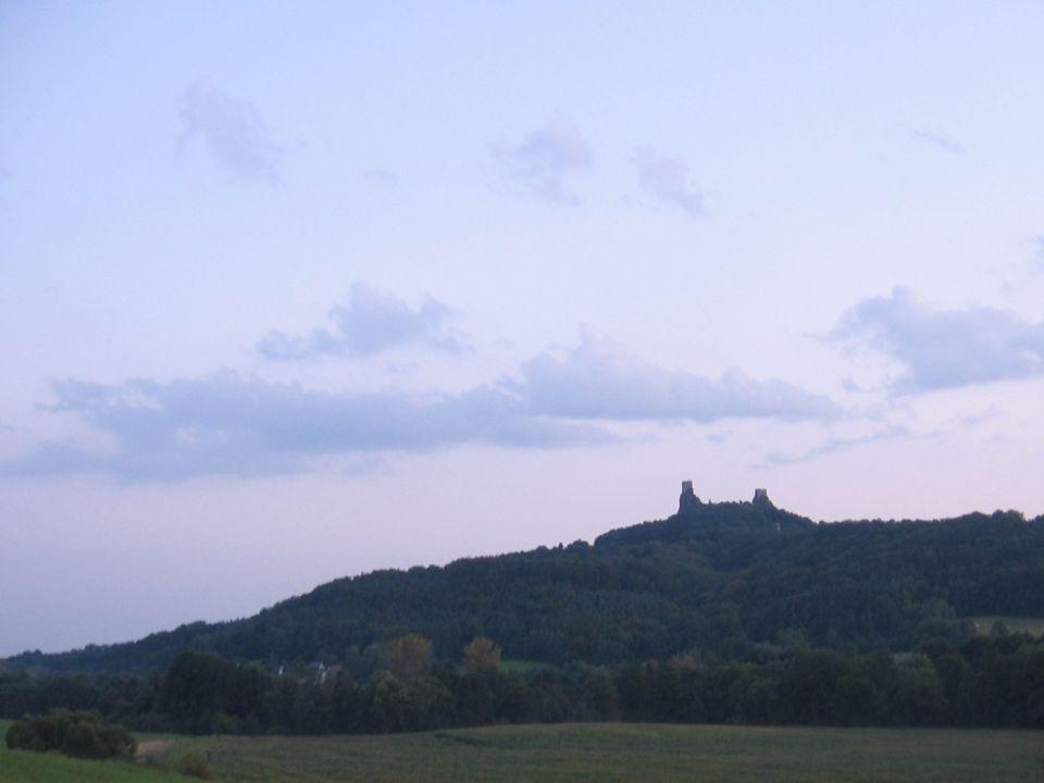 """V r.1469 královští oblehli hrady """"Házmburků ."""