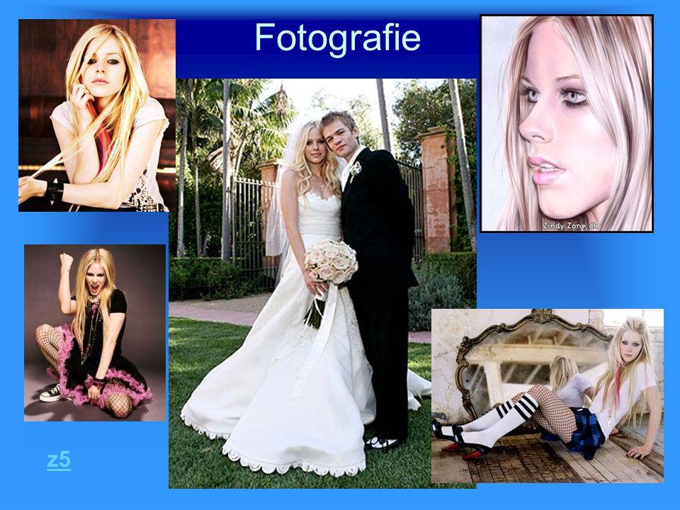 Životopis z5 - Avril Ramona Lavigne - narodila se 27.9.1984 - má přezdívku Wild Child - vyrůstala v městečku Napanee - táta John, máma Judy, sestra Michelle a bratr Matt - zpívala v kostelním sboru - ve 12 letech napsala svou první píseň - vždy chtěla být středem pozornosti -v 16 letech se odstěhovala do New Yorku