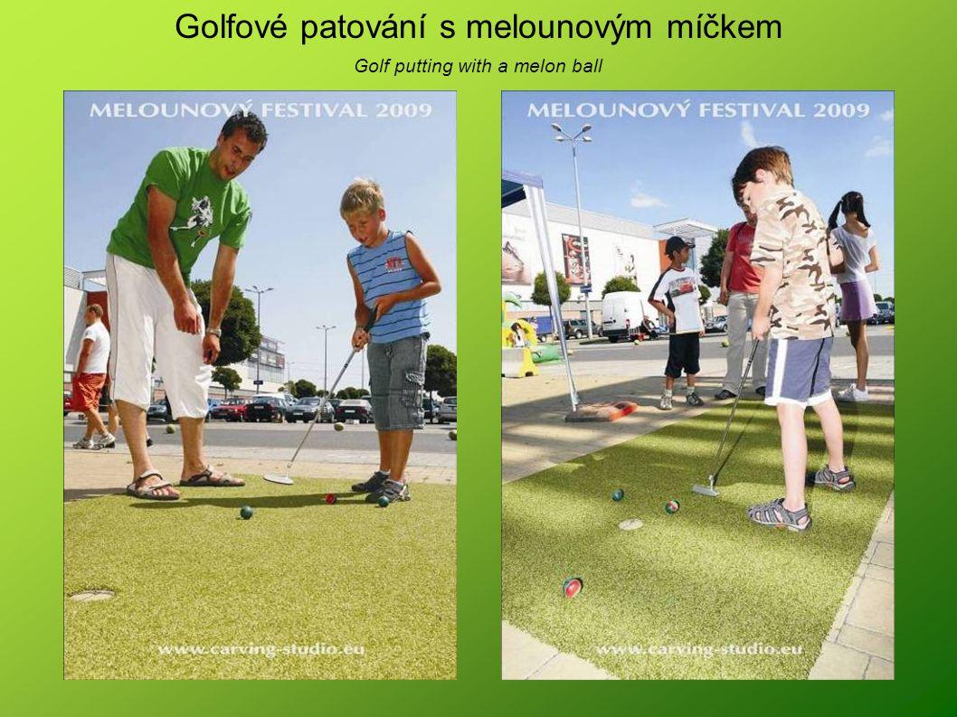 Golfové patování s melounovým míčkem Golf putting with a melon ball
