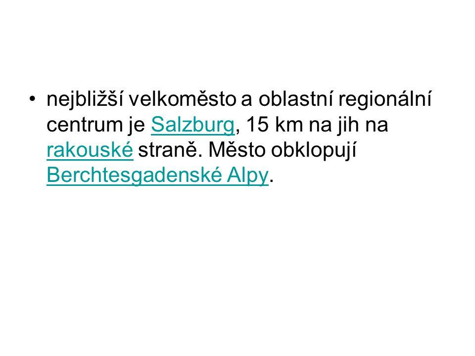 nejbližší velkoměsto a oblastní regionální centrum je Salzburg, 15 km na jih na rakouské straně.