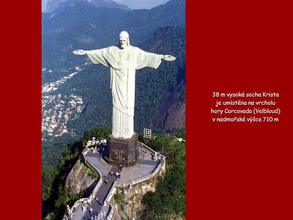 38 m vysoká socha Krista je umístěna na vrcholu hory Corcovado (Velbloud) v nadmořské výšce 710 m