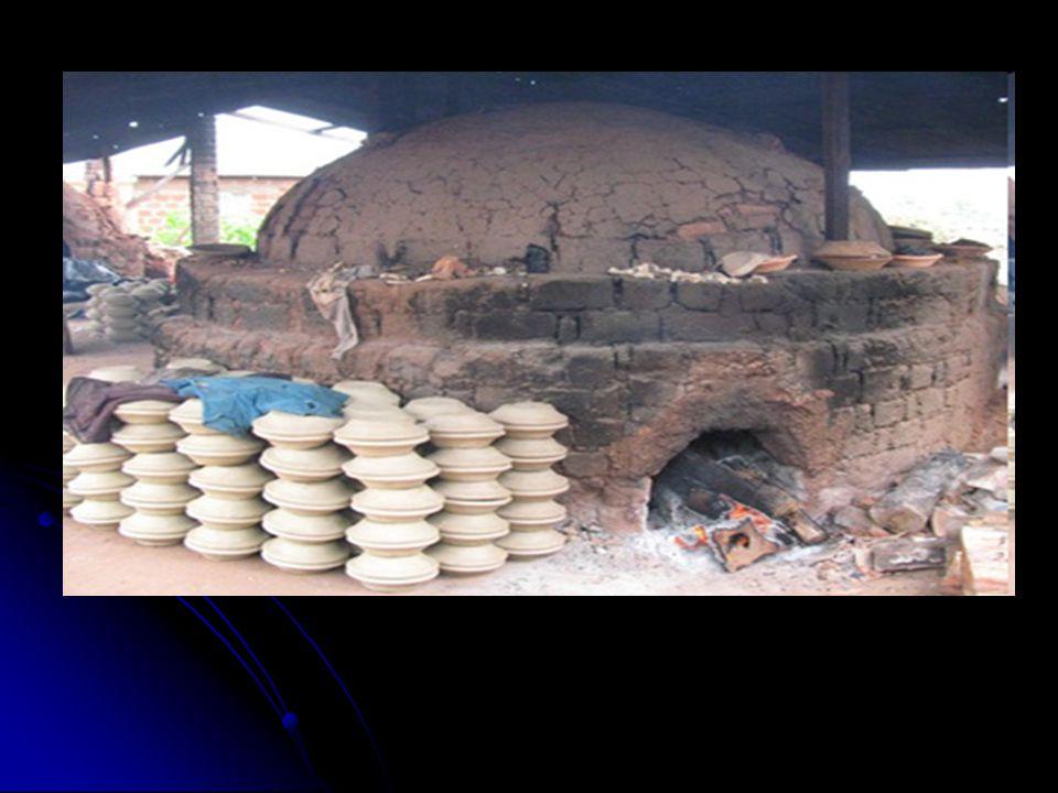 Pec může dosáhnout až teploty 900 ° Pec může dosáhnout až teploty 900 ° Ve srovnání s tradiční pecí, je potřeba o 50% méně dřeva Ve srovnání s tradiční pecí, je potřeba o 50% méně dřeva Lze použít také pro alternativní zdroje energie jako je rašelina, použitý motorový olej, rýže a kokosové slupky, piliny, slupky kávy a další zemědělské produkty; Lze použít také pro alternativní zdroje energie jako je rašelina, použitý motorový olej, rýže a kokosové slupky, piliny, slupky kávy a další zemědělské produkty; Tepelně recyklační zařízení pro předehřátí pece a sušení cihel Tepelně recyklační zařízení pro předehřátí pece a sušení cihel Pec se skládá z cihel (ve vnitřní vrstvě sloužících jako izolace), malty a jílu a má kapacitu 55 000 cihel Pec se skládá z cihel (ve vnitřní vrstvě sloužících jako izolace), malty a jílu a má kapacitu 55 000 cihel Horní část pece obepíná ocelový límec Horní část pece obepíná ocelový límec Přidávání rýžových slupek do hlíny – lepší vlastnosti a zvýšená odolnost vypálených cihel Přidávání rýžových slupek do hlíny – lepší vlastnosti a zvýšená odolnost vypálených cihel