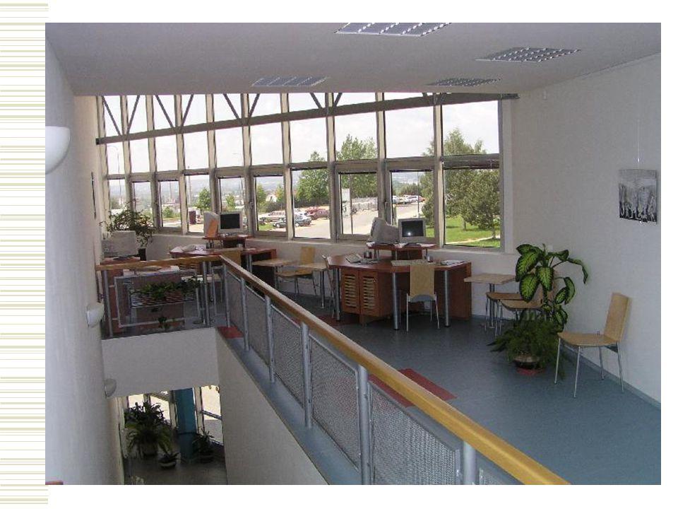4. Vybavení knihovny  5 počítačů v oddělení pro dospělé, 2 počítače v oddělení pro děti  fondy: cca 30 000 titulů, 36 odebíraných titulů časopisů, 1