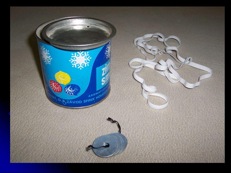 Pomocí hřebíku a kladiva prorazte do dna plechovky poblíž jejího obvodu dva otvory.