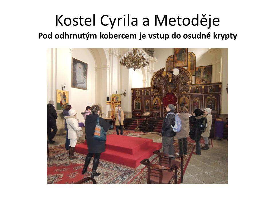 Kostel Cyrila a Metoděje Pod odhrnutým kobercem je vstup do osudné krypty