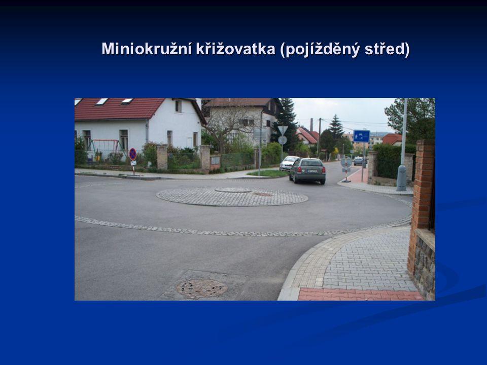 Miniokružní křižovatka (pojížděný střed)
