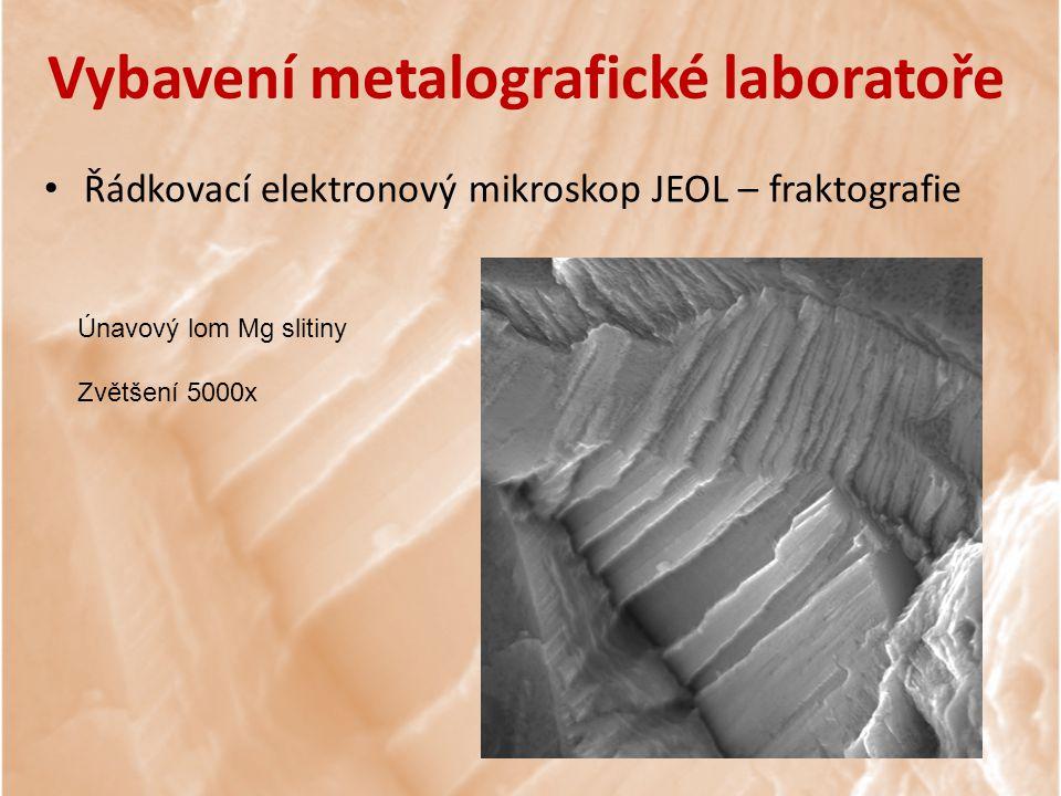 Únavový lom Mg slitiny Zvětšení 5000x Vybavení metalografické laboratoře Řádkovací elektronový mikroskop JEOL – fraktografie