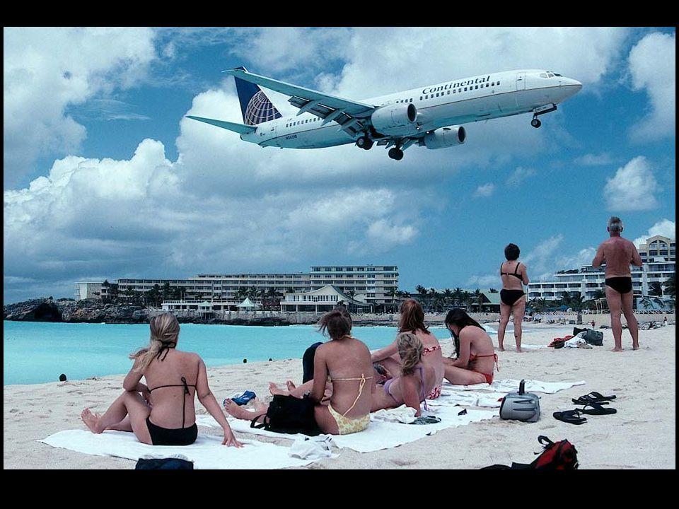 Na této fotografii z kabiny jednoho 747 společnosti Air France je možno vidět malý pruh pláže těsně před začátkem přistávací plochy na letišti v St.
