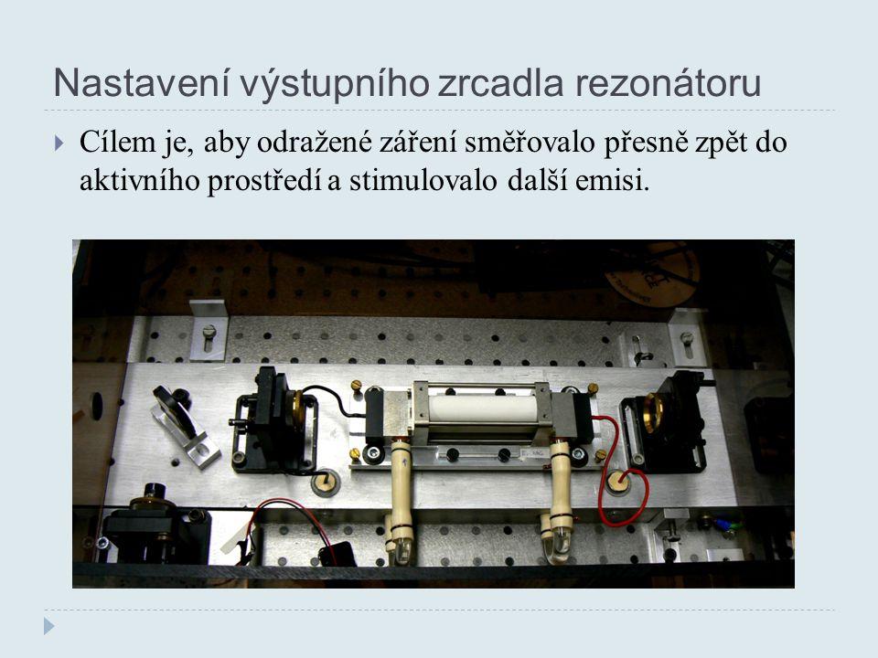 Nastavení výstupního zrcadla rezonátoru  Cílem je, aby odražené záření směřovalo přesně zpět do aktivního prostředí a stimulovalo další emisi.