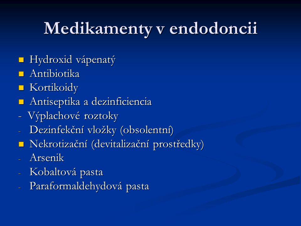 Medikamenty v endodoncii Hydroxid vápenatý Hydroxid vápenatý Antibiotika Antibiotika Kortikoidy Kortikoidy Antiseptika a dezinficiencia Antiseptika a dezinficiencia - Výplachové roztoky - Dezinfekční vložky (obsolentní) Nekrotizační (devitalizační prostředky) Nekrotizační (devitalizační prostředky) - Arsenik - Kobaltová pasta - Paraformaldehydová pasta