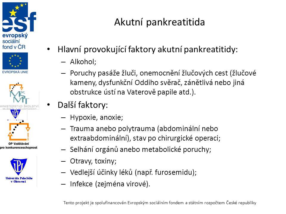 """Patofyziologie a klinické příznaky akutní pankreatitidy Lokalizované procesy: – Aktivace proenzymů v pankreatkických vývodech, nebo dokonce už v acinech – Samotrávení, nekróza; – Exsudace velkých objemů tekutin, únik plazmy anebo krve do retroperitoneálního prostoru (""""popáleniny retroperitonea ); – Chemická peritonitida z lokálního působení pankreatické šťávy, pankreatických enzymů a kininů na peritoneu, příznaky dráždění peritonea, ztuhlost břišních svalů; – Snížení střevní motility, poruchy střevní pasáže; – Nauzea, zvracení – další ztráty tekutin."""
