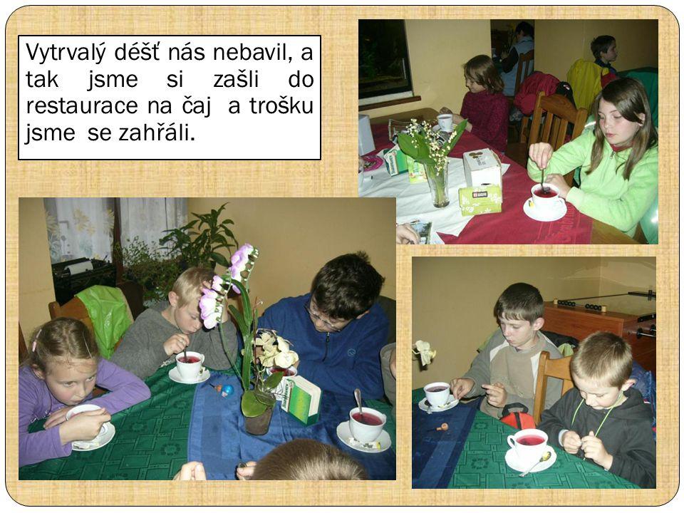Vytrvalý déšť nás nebavil, a tak jsme si zašli do restaurace na čaj a trošku jsme se zahřáli.