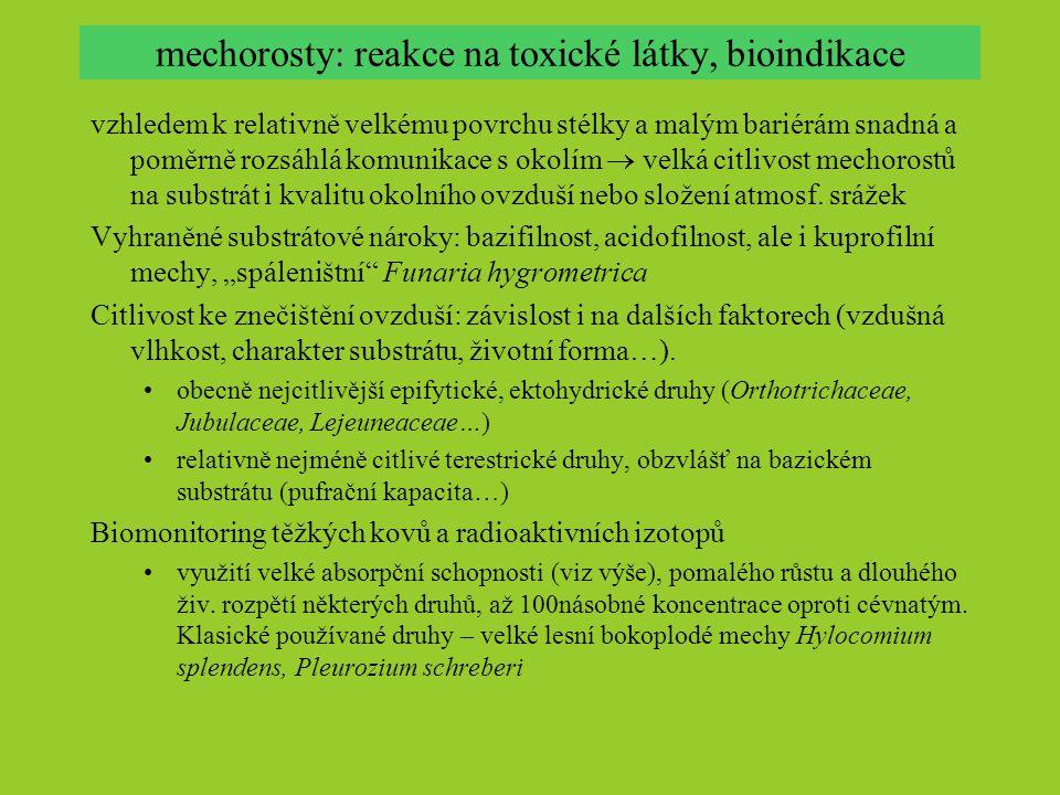 mechorosty: reakce na toxické látky, bioindikace vzhledem k relativně velkému povrchu stélky a malým bariérám snadná a poměrně rozsáhlá komunikace s okolím  velká citlivost mechorostů na substrát i kvalitu okolního ovzduší nebo složení atmosf.