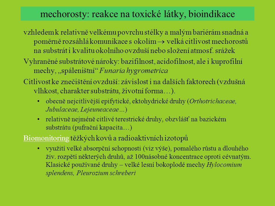 mechorosty: reakce na toxické látky, bioindikace vzhledem k relativně velkému povrchu stélky a malým bariérám snadná a poměrně rozsáhlá komunikace s o