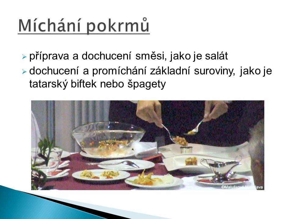  příprava a dochucení směsi, jako je salát  dochucení a promíchání základní suroviny, jako je tatarský biftek nebo špagety