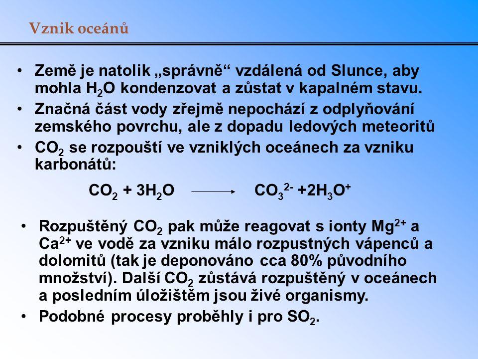 """Vznik oceánů Země je natolik """"správně"""" vzdálená od Slunce, aby mohla H 2 O kondenzovat a zůstat v kapalném stavu. Značná část vody zřejmě nepochází z"""