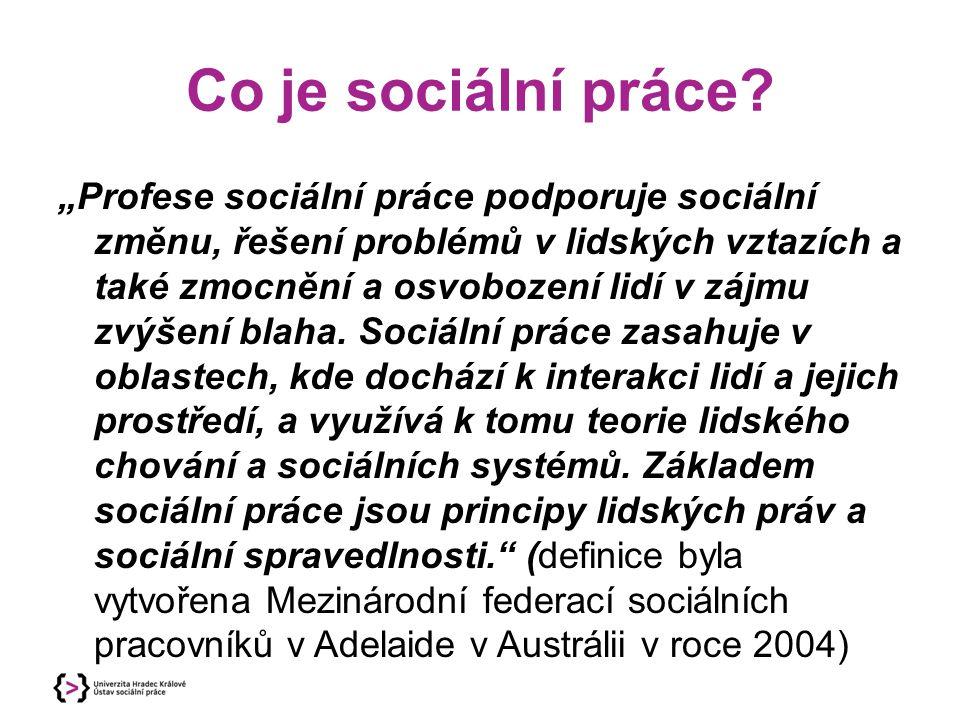 """Co je sociální práce? """"Profese sociální práce podporuje sociální změnu, řešení problémů v lidských vztazích a také zmocnění a osvobození lidí v zájmu"""
