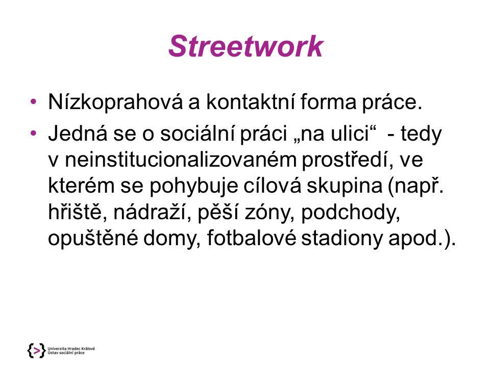 """Nízkoprahová a kontaktní forma práce. Jedná se o sociální práci """"na ulici"""" - tedy v neinstitucionalizovaném prostředí, ve kterém se pohybuje cílová sk"""