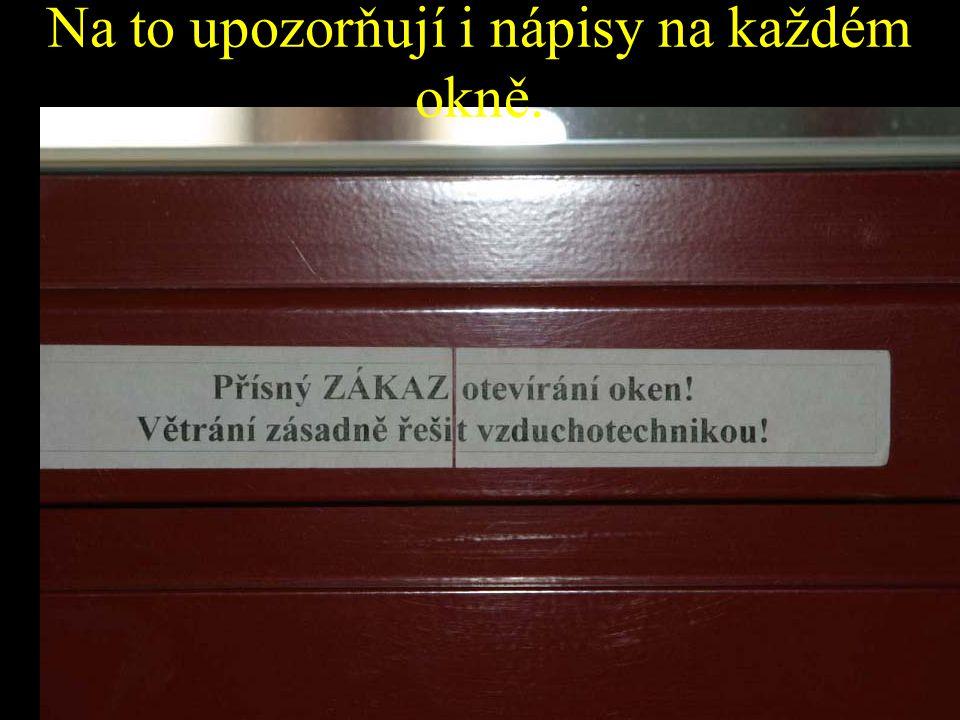 Na to upozorňují i nápisy na každém okně.