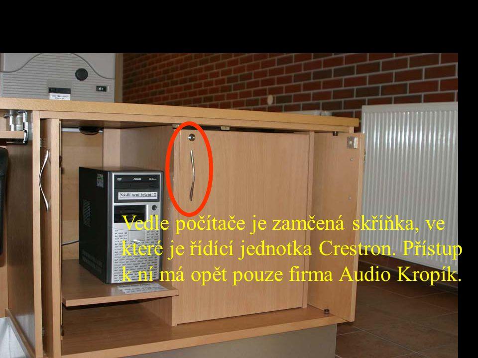 Vedle počítače je zamčená skříňka, ve které je řídící jednotka Crestron.