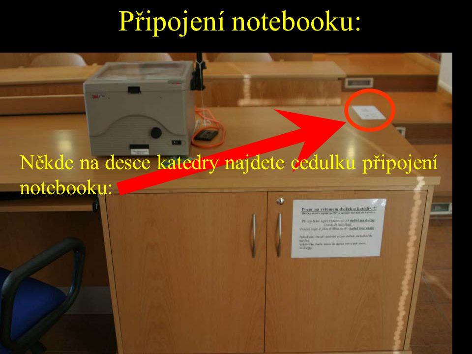 Připojení notebooku: Někde na desce katedry najdete cedulku připojení notebooku: