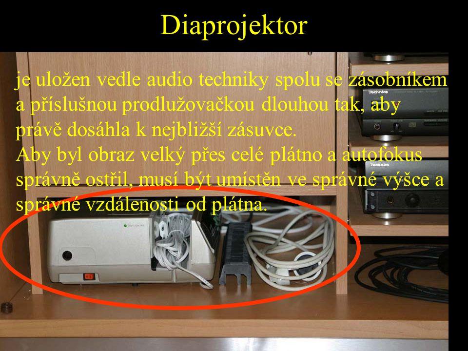 Diaprojektor je uložen vedle audio techniky spolu se zásobníkem a příslušnou prodlužovačkou dlouhou tak, aby právě dosáhla k nejbližší zásuvce. Aby by