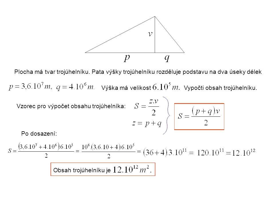 Plocha má tvar trojúhelníku.