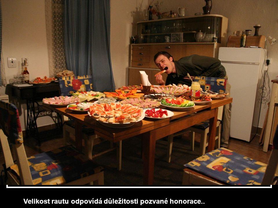Začátek párty: Kmotr K. vlastoručně otevírá láhev…