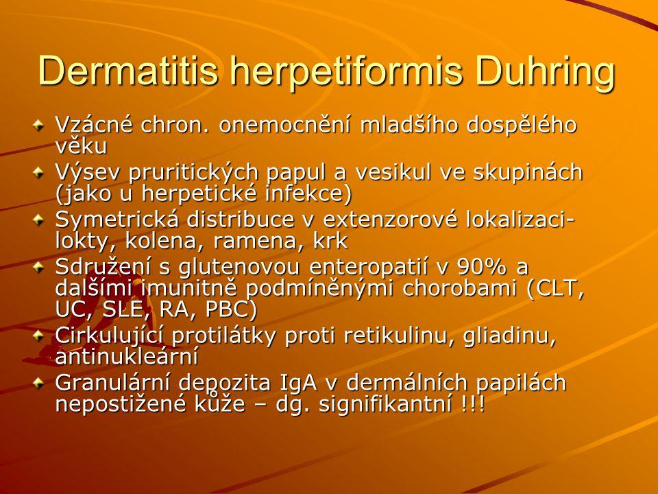 Vzácné chron. onemocnění mladšího dospělého věku Výsev pruritických papul a vesikul ve skupinách (jako u herpetické infekce) Symetrická distribuce v e