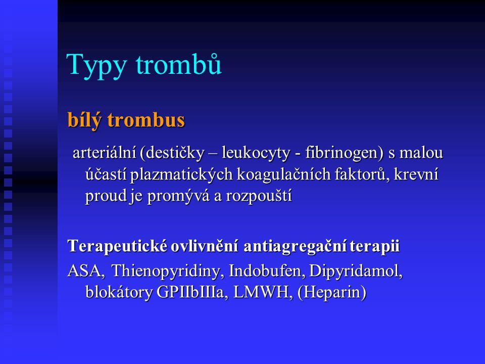"""Typy trombů bílý trombus Trombus může vzniknout i na intaktním endotelu při """"smykové zátěži , která jej stejně jako destičky aktivuje a vede k expresi adhezivních molekul s následnou kaskádou trombofilních reakcí."""