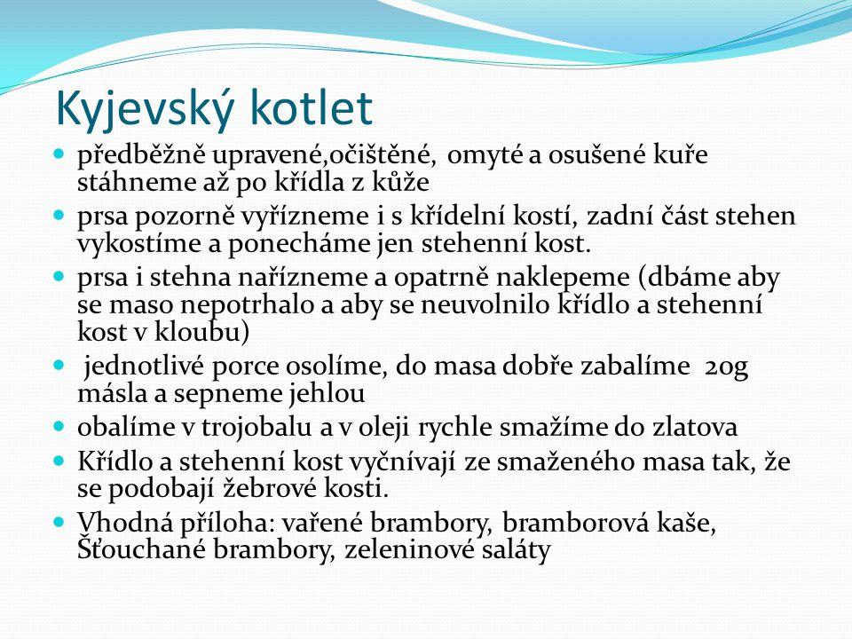Kyjevský kotlet předběžně upravené,očištěné, omyté a osušené kuře stáhneme až po křídla z kůže prsa pozorně vyřízneme i s křídelní kostí, zadní část s