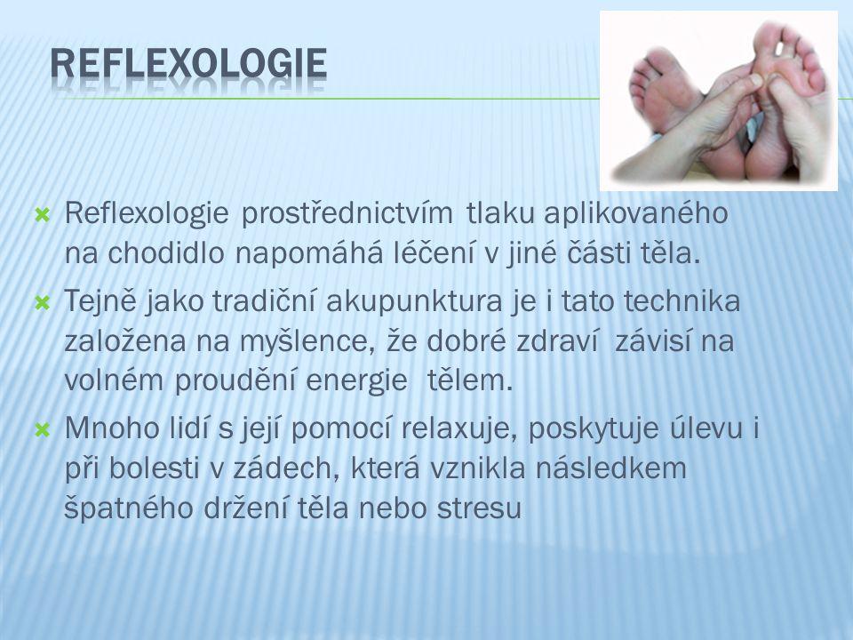  Reflexologie prostřednictvím tlaku aplikovaného na chodidlo napomáhá léčení v jiné části těla.  Tejně jako tradiční akupunktura je i tato technika