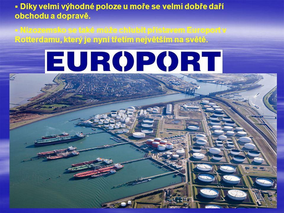   Díky velmi výhodné poloze u moře se velmi dobře daří obchodu a dopravě.   Nizozemsko se také může chlubit přístavem Europort v Rotterdamu, který