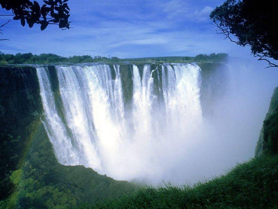 Zimbabwe, Afrika, zde naleznete velkolepé Viktoriiny vodopády mají výšku 128 m. Místo je známé jako