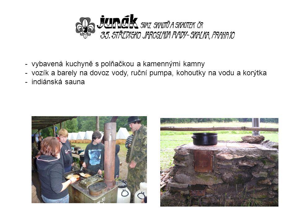 - vybavená kuchyně s polňačkou a kamennými kamny - vozík a barely na dovoz vody, ruční pumpa, kohoutky na vodu a korýtka - indiánská sauna