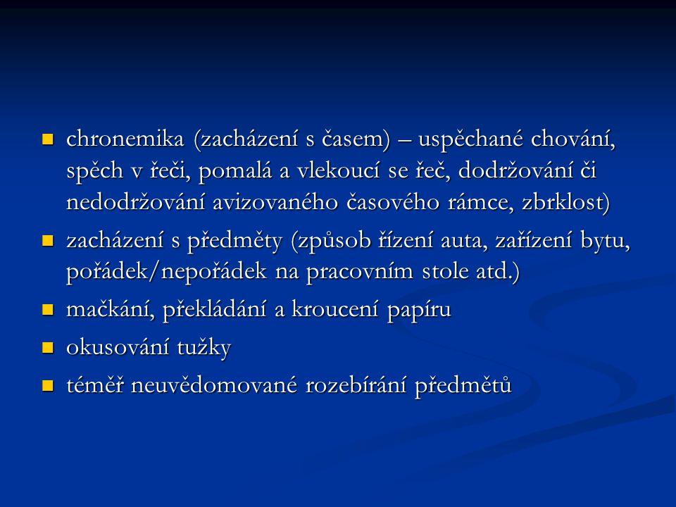 chronemika (zacházení s časem) – uspěchané chování, spěch v řeči, pomalá a vlekoucí se řeč, dodržování či nedodržování avizovaného časového rámce, zbr