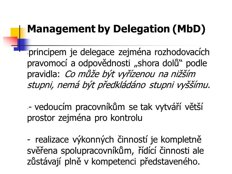 """Management by Delegation (MbD) - principem je delegace zejména rozhodovacích pravomocí a odpovědnosti """"shora dolů podle pravidla: Co může být vyřízenou na nižším stupni, nemá být předkládáno stupni vyššímu."""