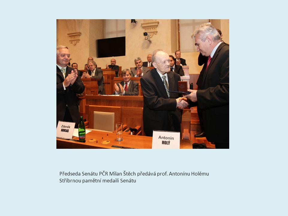 Předseda Senátu PČR Milan Štěch předává prof. Antonínu Holému Stříbrnou pamětní medaili Senátu