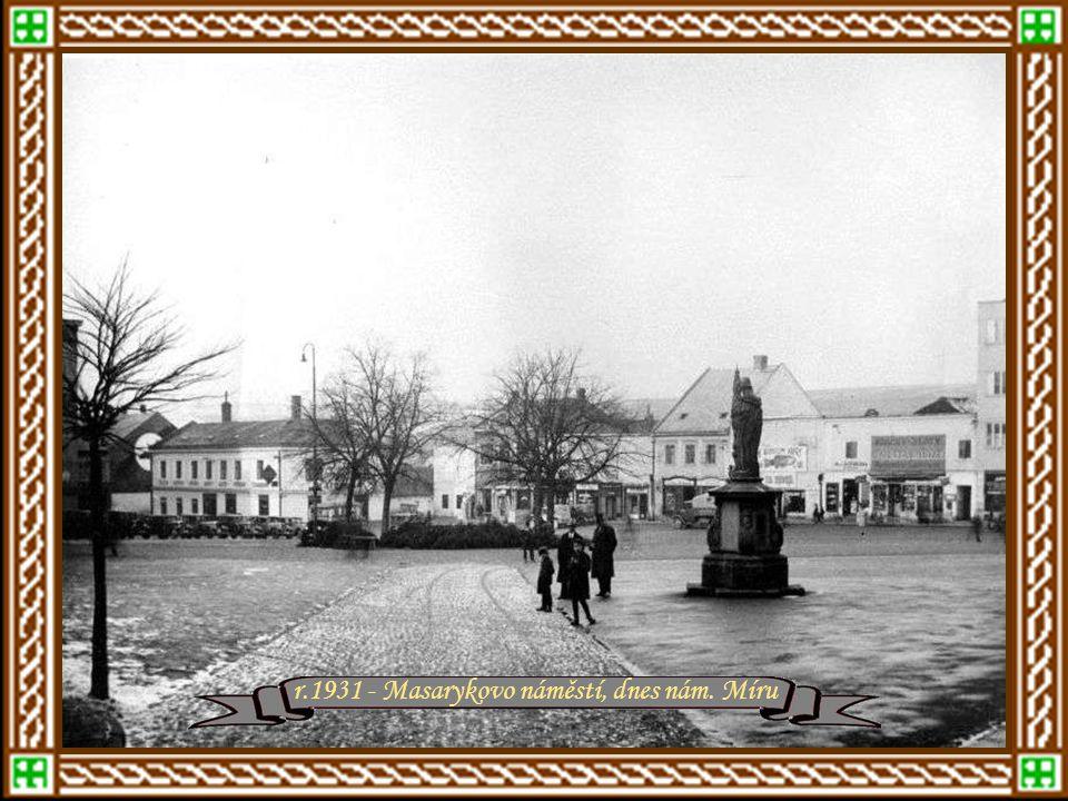 """r.1928 - Původní Baťovo letiště ve Zlíně, v místech nynější vozovny trolejbusů, a jeho první letadlo """"Albatros B-II"""". V pozadí je Baťova nemocnice Raš"""