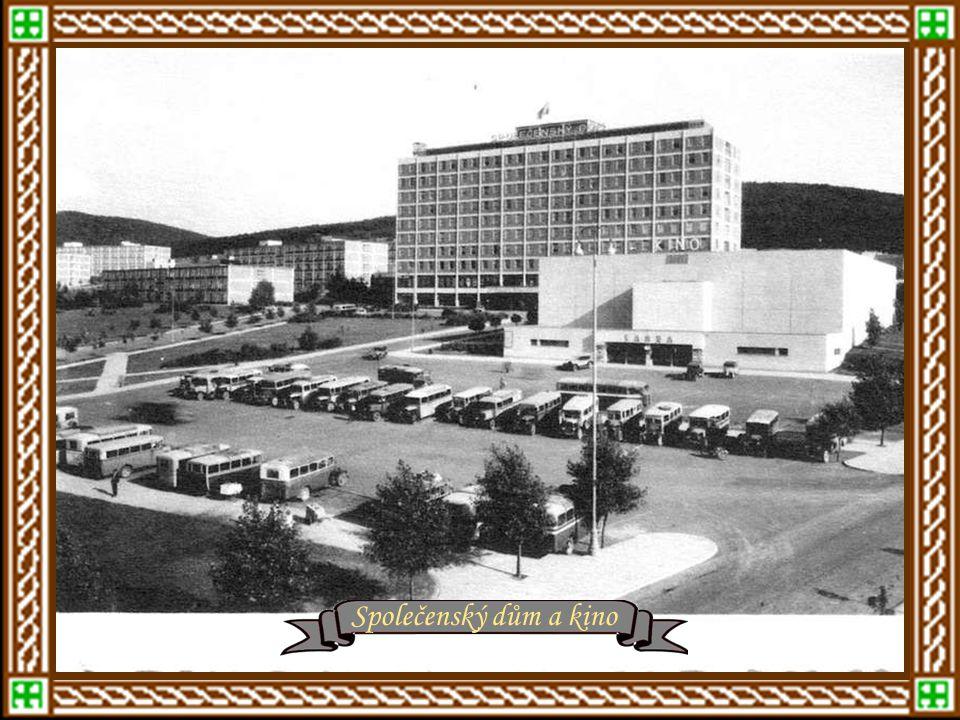 Zlín mezi roky 1930 - 1940 Zlínská sokolovna – rok 1930 r. 1931 - Dlouhá ulice z kostelní věže r.1931 - Masarykovo náměstí, dnes nám. Míru