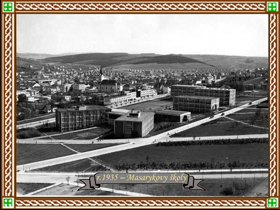 Starý Lesní hřbitov v roce 1933 r.1934 – Baťovský domekr.1934 - domky od Dílů k PodvesnéNad Ovčárnou