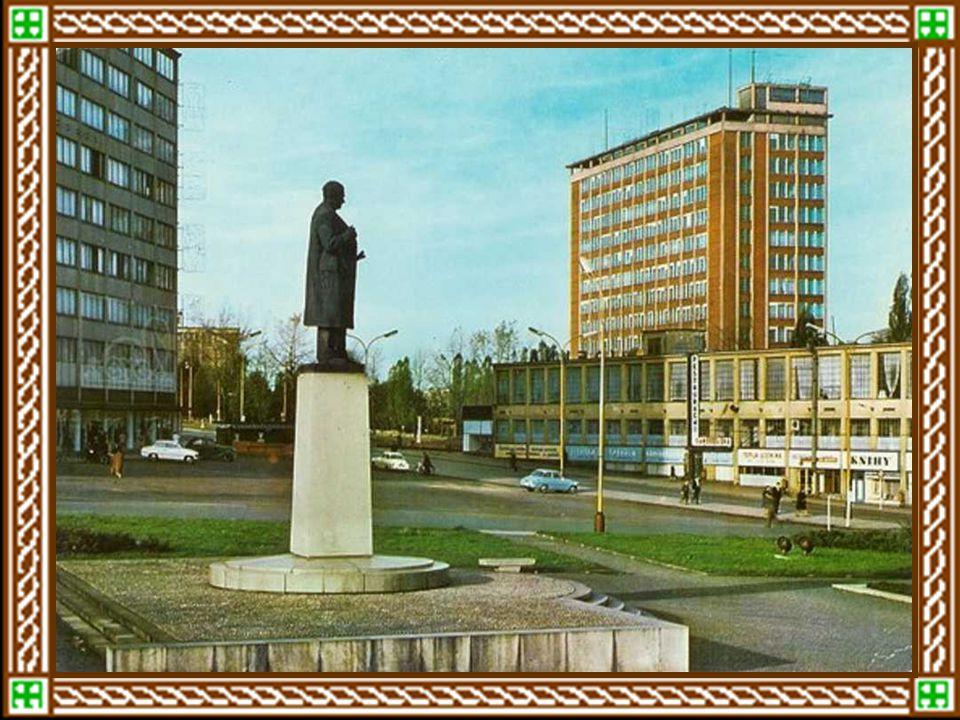 """Zlín ve druhé polovině čtyřicátých letKlement Gottwald ve Zlíně, roku 1947 1.ledna 1949 se Zlín změnil v Gottwaldov Gottwaldov – """"Mrakodrap"""" s obrazem"""